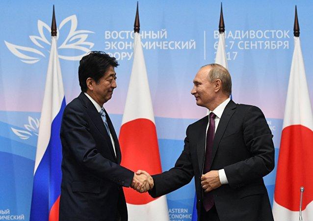 Президент РФ Владимир Путин и премьер-министр Японии Синдзо Абэ (слева) во время совместного заявления для прессы по итогам встречи в рамках III Восточного экономического форума