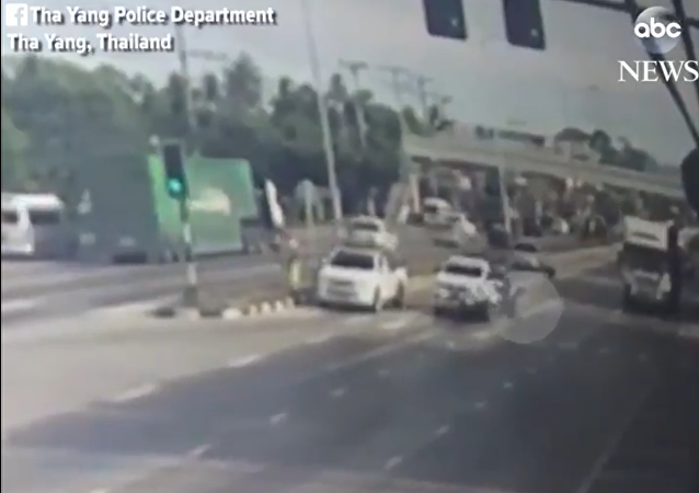 摩托车手被车撞倒  泰国蜘蛛人勇于救人