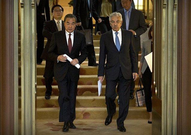 中国外交部长王毅与巴基斯坦外长阿西夫