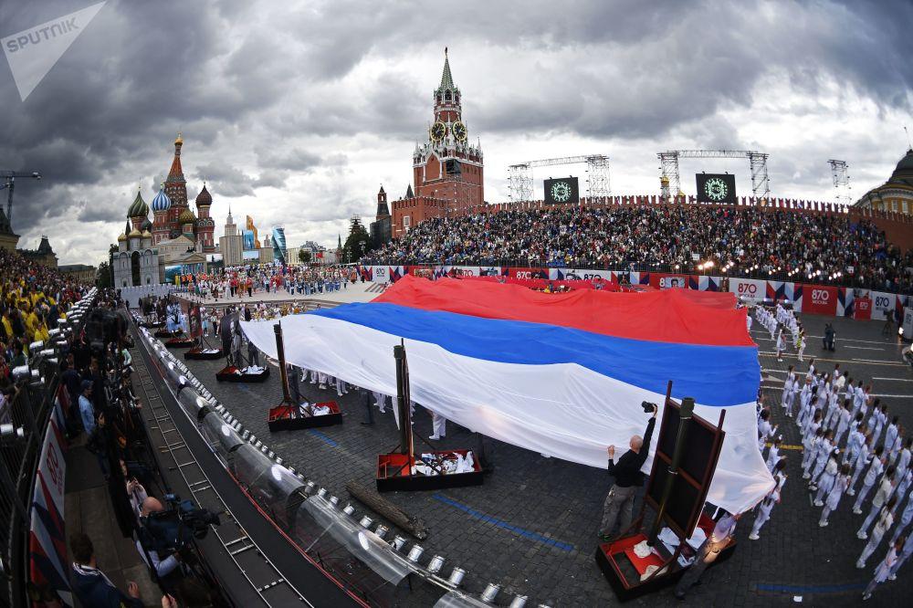 莫斯科城市日慶典開幕式在紅場舉行,圖為開幕式上的俄羅斯國旗