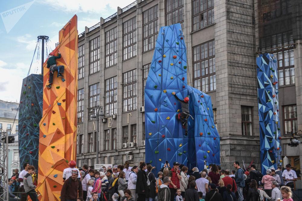 孩子們在莫斯科城市日攀岩