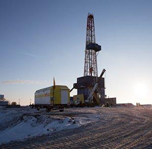 俄石油公司的专家们拖开质量超过100万吨的冰山
