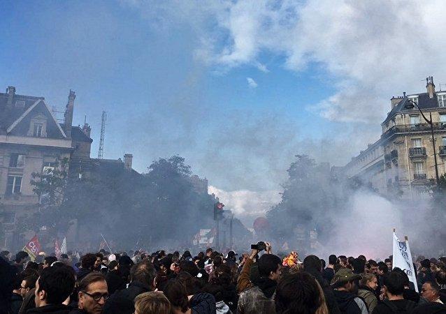 法国巴黎警方动用催泪瓦斯驱散示威游行