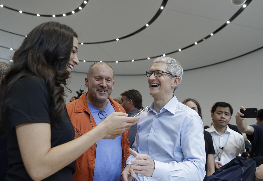 蘋果CEO蒂姆·庫克展示iPhone X