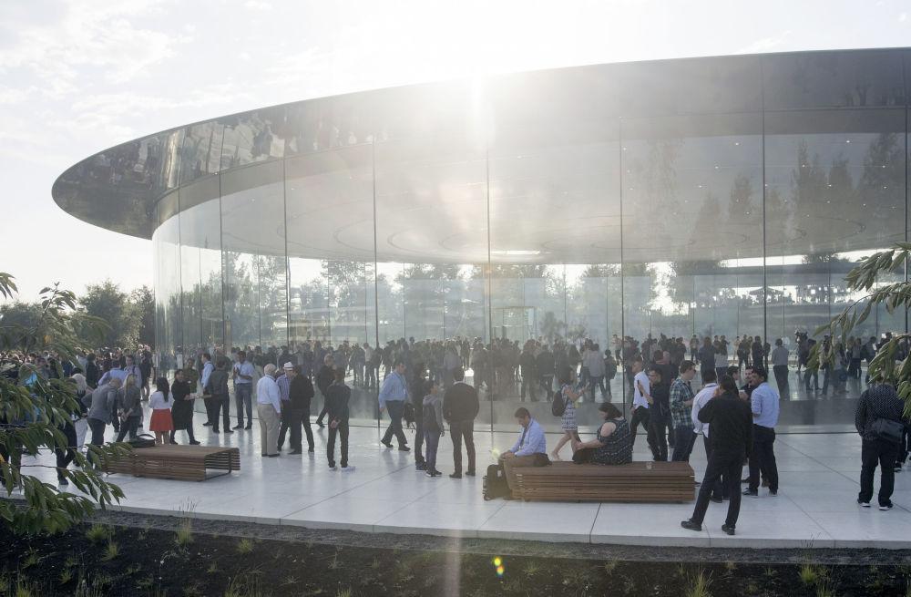 參觀蘋果新總部的遊客