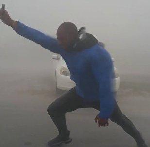 气象工作者为测风速以肉体抵抗飓风