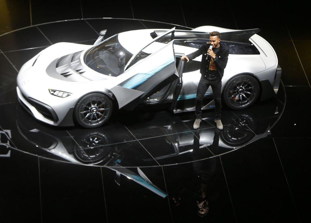 方程式赛车手刘易斯·汉密尔顿(Lewis Hamilton )在梅赛德斯-AMG首款双座超级跑车Project One hyper旁