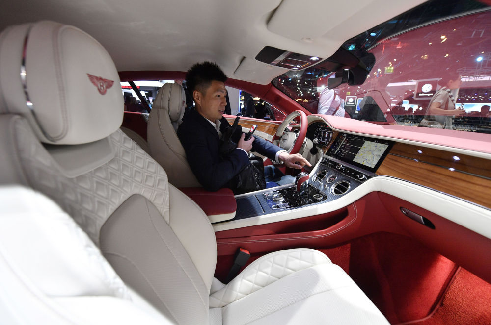 一名男子驾驶宾利(Bentley)汽车