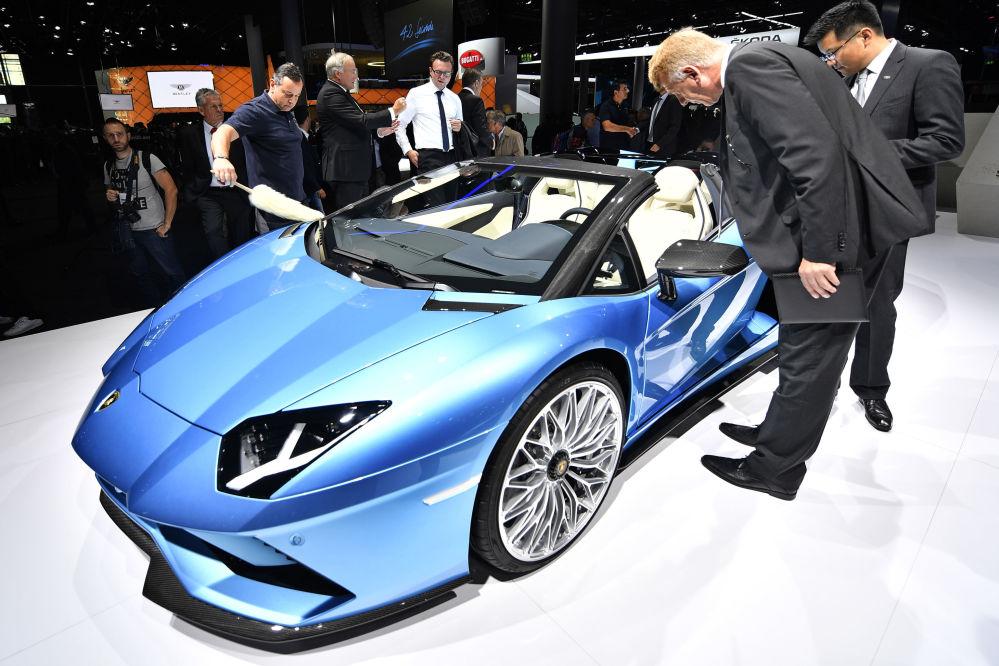 观察们观看兰博基尼(Lamborghini)强劲敞篷跑车Aventador S Roadster