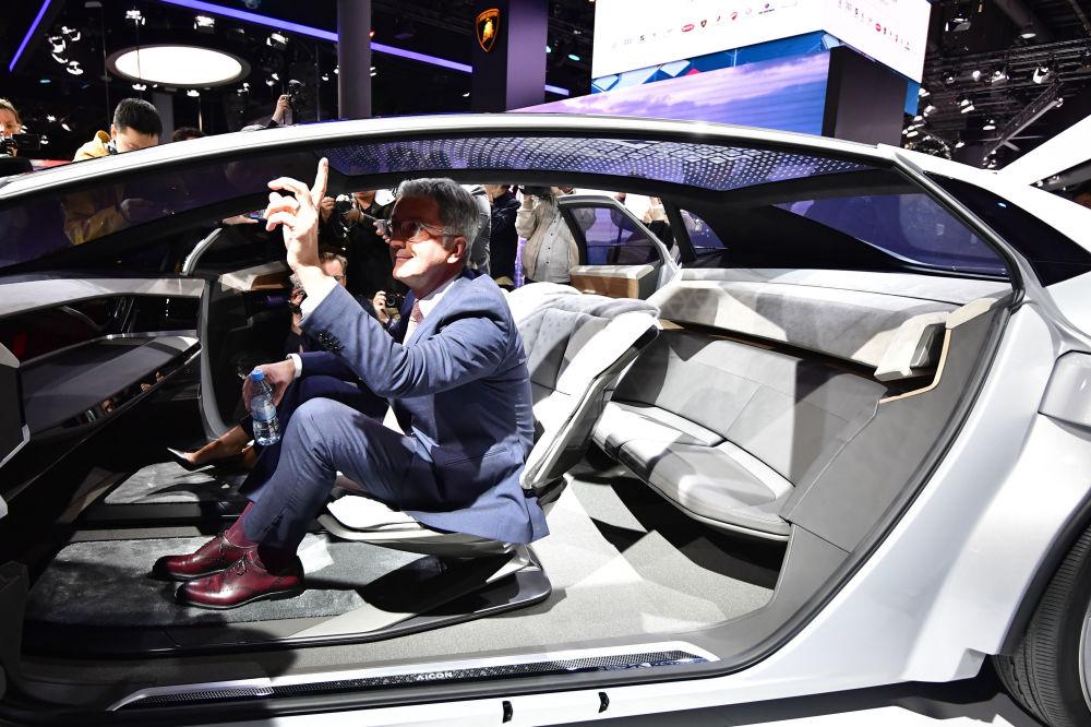 奥迪股份公司(Audi AG)理事会主席鲁伯特·施塔德勒(Rupert Stadler)在全新自动驾驶概念车Audi Aicon车前摆拍