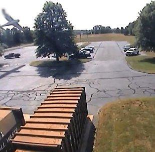 飞机撞大树栽进停车场