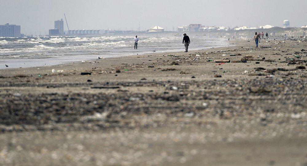 """飓风""""哈维""""在美国德克萨斯州海滩上留下獠牙怪兽"""
