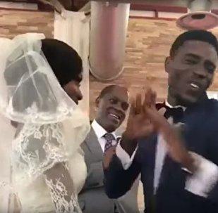 新朗揭开新娘面纱一刻开心到手舞足蹈