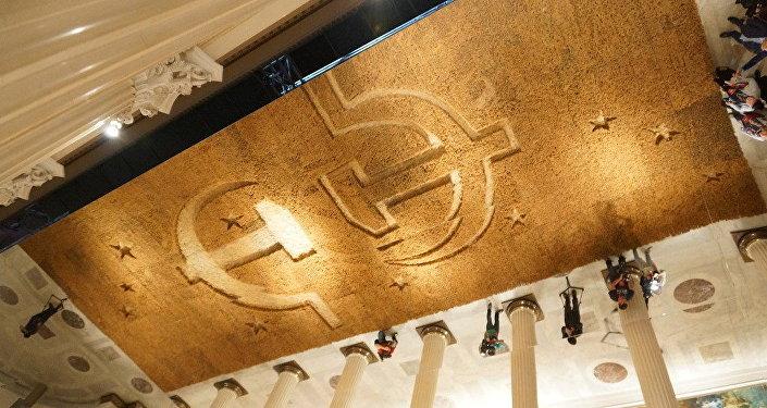 绘画作品《地球》的构思——反映在镜面天花板上
