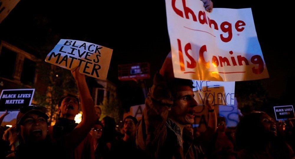 美圣路易斯在枪杀非裔美国人的警员被判无罪后爆发抗议