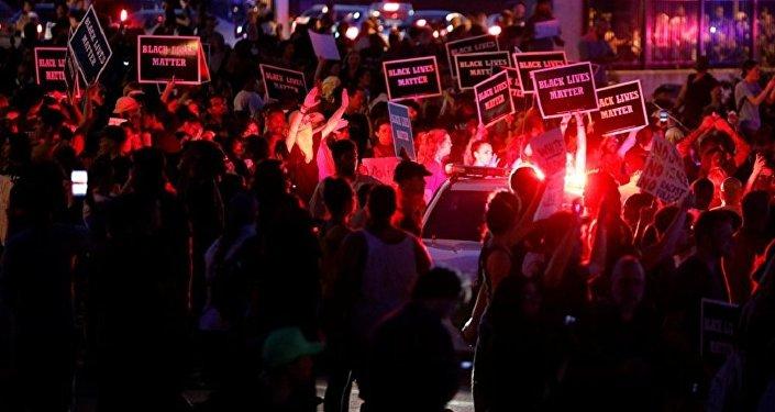 圣路易斯抗议者袭击市长住所 警方动用催泪瓦斯