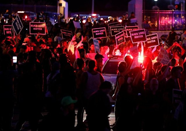 美警方认定圣路易斯的抗议活动非法并大规模逮捕抗议者