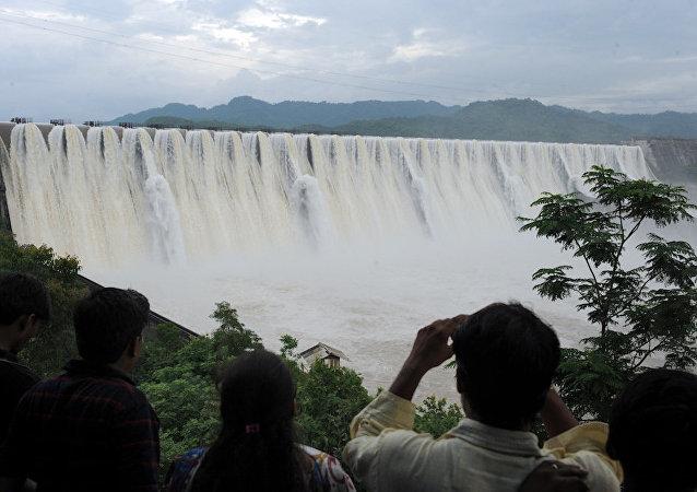 印度总理隆重启用兴建了30年的大坝