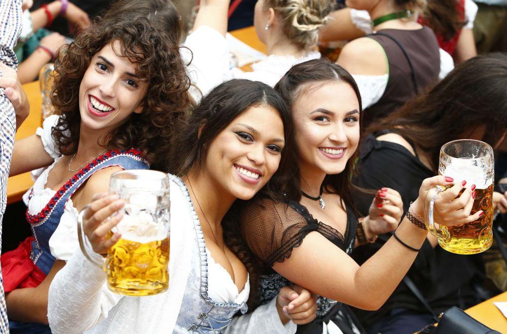 参加慕尼黑啤酒节的游客