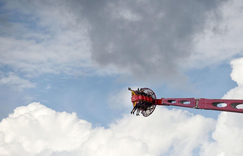 啤酒节首日正在玩旋转飞椅的游客