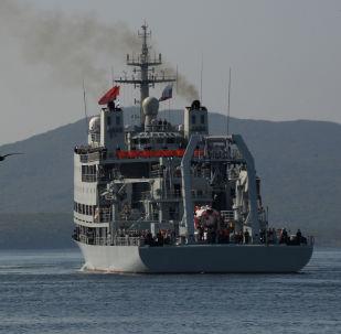 """俄中军人在""""海上联合-2017""""演习中救援""""遇险""""潜艇乘员"""