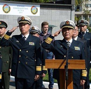 中国海军副司令参观符拉迪沃斯托克的伏罗希洛夫炮台