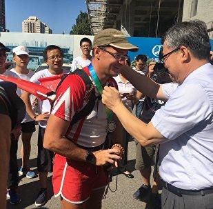 俄马拉松运动员长跑200天从莫斯科成功抵达北京