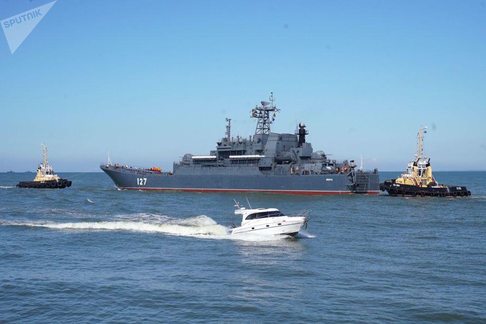 """波罗的海舰队出海,图为""""明斯克""""号大型登陆舰"""