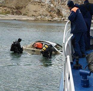 俄贝加尔湖大扫除救援人员从湖底打捞出近百辆汽车和一架飞机