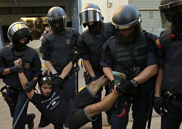 11名执法人员在加泰罗尼亚公投期间的冲突中受伤