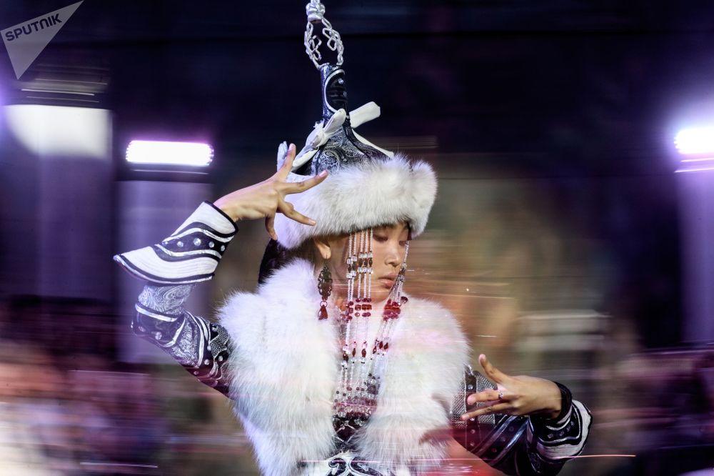 模特展示设计师叶连娜·斯卡昆设计的一件新款服饰
