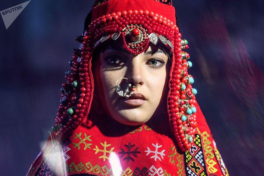 模特展示设计师艾扎达·努鲁姆别托娃设计的一件新款服饰