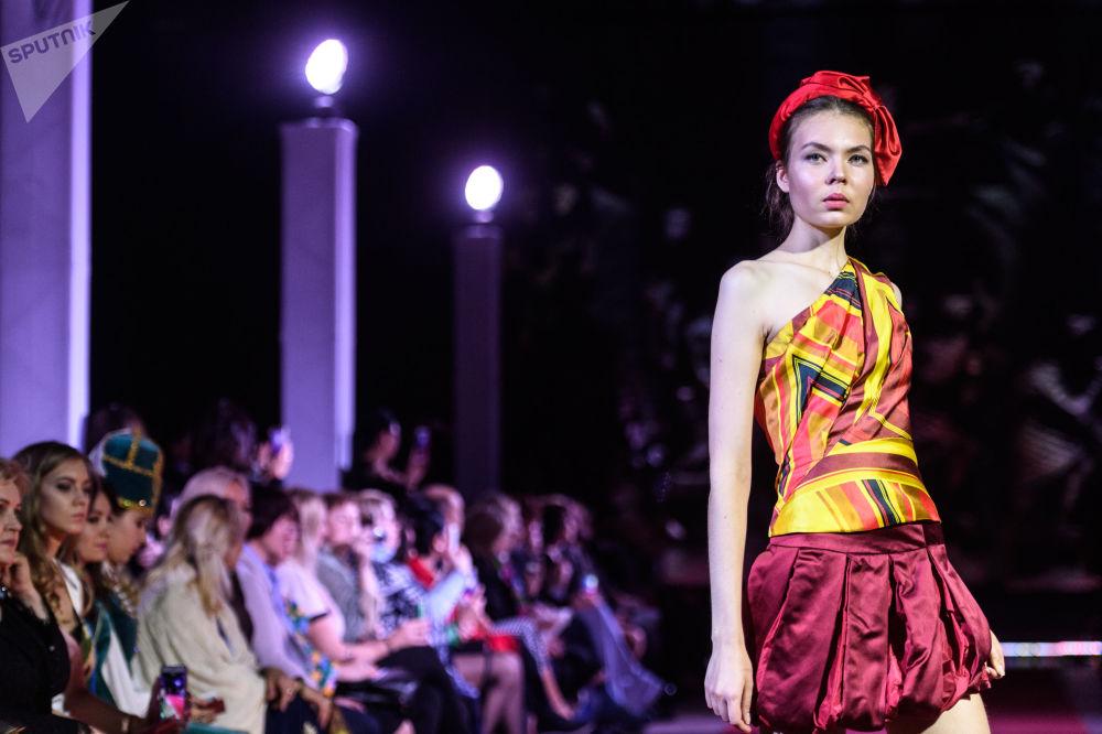 模特展示设计师瓦连金·尤达什金设计的一件新款服饰