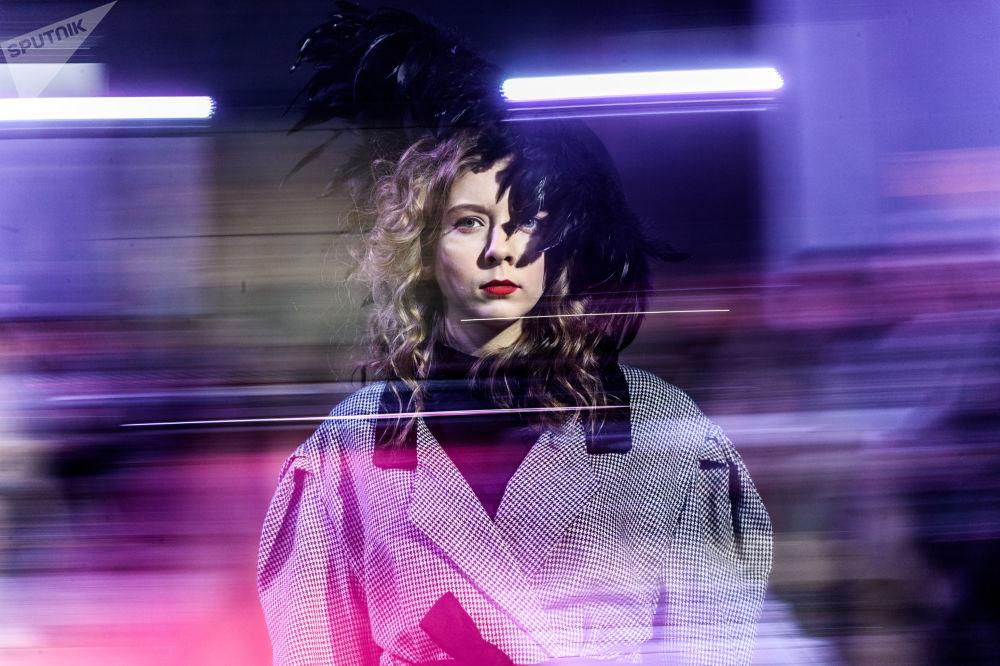模特展示设计师阿列克谢·沃列戈夫和尼基塔·叶尔马科夫设计的一件新款服饰