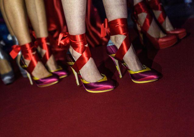 """时尚设计师展示了""""世界上最恶心的鞋子"""""""