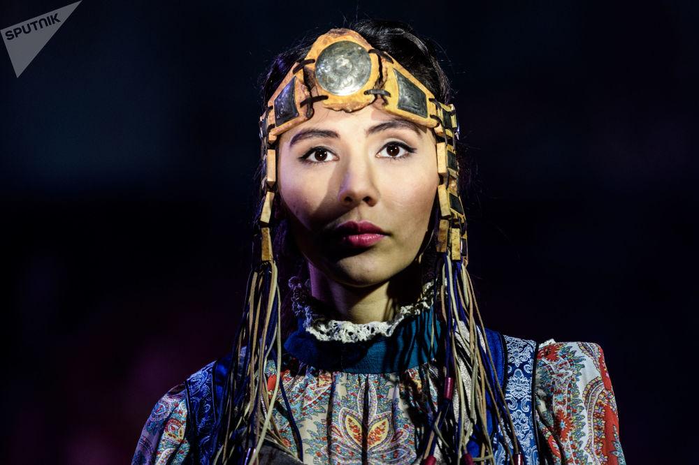 模特展示设计师尤利娅·希尔贝设计的一件新款服饰
