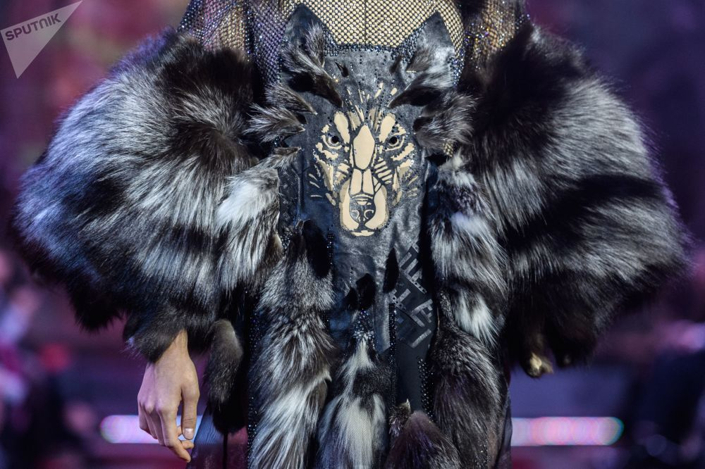 模特展示设计师安热莉卡·基里利察设计的一件新款服饰