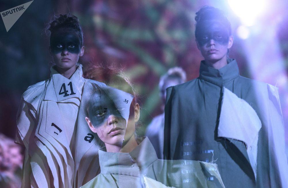 模特展示设计师斯韦特兰娜·柳比莫娃设计的一件新款服饰