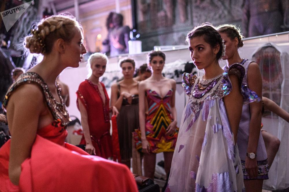"""莫斯科""""2017年国际民族文化节""""时装秀开场前的模特。"""