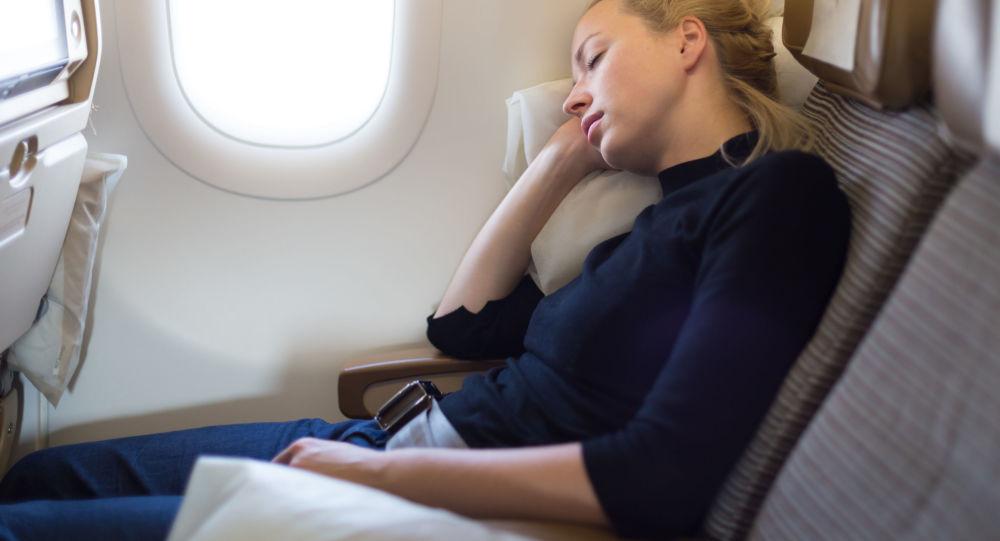 科学家:飞机起降时睡觉易引发耳气压伤