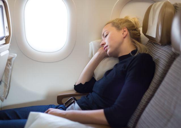 Спящая девушка на борту самолета