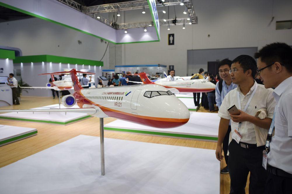 第17届北京国际航空展的观众