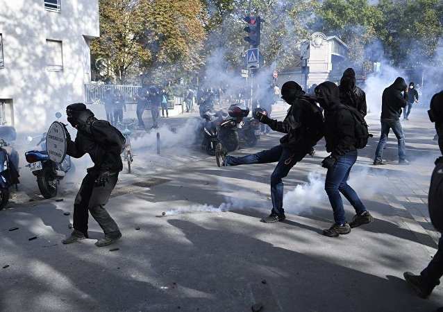巴黎警方向抗议法国劳动法改革的游行人群投掷催泪瓦斯