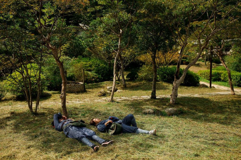 大学生们饭后休息