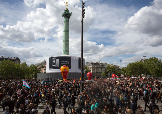 15万人在巴黎参加反对劳动改革的抗议示威活动