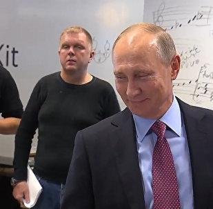 普京在Yandex辦公室與語音助手「阿利薩」簡短交流