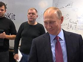 """普京在Yandex办公室与语音助手""""阿利萨""""简短交流"""