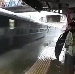 印度站台积水 火车全速驶入制造大淋浴