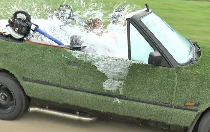"""英国男子将老爷车改成移动""""按摩浴缸"""""""