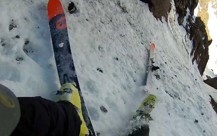 男子滑雪下陡山 1500米高处不小心掉了一只滑雪板
